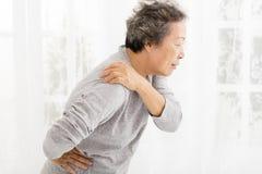 Femme supérieure souffrant en douleur d'épaule Image stock
