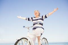 Femme supérieure sur un vélo Photographie stock libre de droits