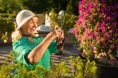 Femme supérieure tenant l'appareil-photo Photo libre de droits