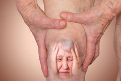 Femme supérieure tenant le genou avec douleur Photo libre de droits