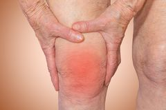 Femme supérieure tenant le genou avec douleur Photos libres de droits