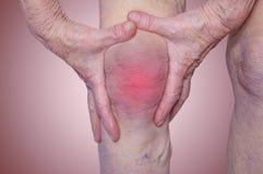 Femme supérieure tenant le genou avec douleur Photos stock