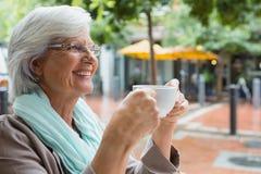 Femme supérieure tenant une tasse de café Images libres de droits