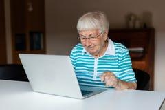 Femme supérieure très vieille à l'aide d'un ordinateur photo stock
