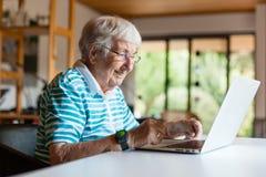 Femme supérieure très vieille à l'aide d'un ordinateur images libres de droits
