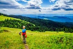 Femme supérieure trimardant par le Shuswap et appréciant la vue sur Tod Mountain Photographie stock libre de droits