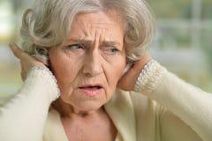Femme supérieure triste avec le mal de tête Image stock
