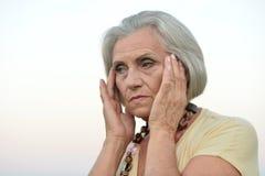 Femme supérieure triste dans le domaine d'été Images stock