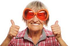 Femme supérieure utilisant de grandes lunettes de soleil photos stock