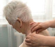 Femme supérieure ayant un massage Images libres de droits