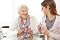 Femme supérieure jouant des cartes Images libres de droits