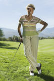Femme supérieure sur le terrain de golf Photos stock