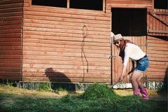 Femme sur des écuries Photographie stock libre de droits