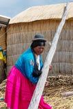 Femme sur flotter des îles d'Uros sur le Lac Titicaca au Pérou photographie stock libre de droits