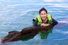 Femme sur Khao Sok National Park, montagne et lac dans T du sud Image libre de droits