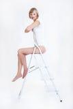 Femme sur l'échelle photo stock