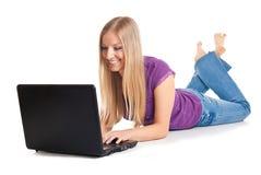 Femme sur l'étage avec l'ordinateur portatif image libre de droits