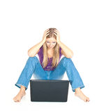 Femme sur l'étage avec l'ordinateur portatif image stock