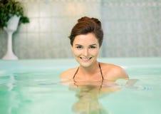 Femme sur l'aérobic d'eau Photographie stock libre de droits