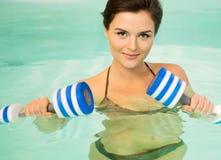 Femme sur l'aérobic d'eau Images stock