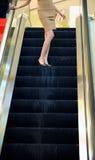 Femme sur l'ascenseur pour des achats photo libre de droits