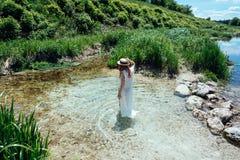 Femme sur l'eau dans la robe blanche image libre de droits
