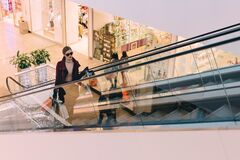Femme sur l'escalator Photos stock