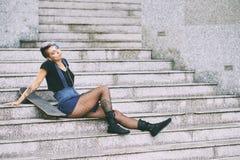 Femme sur l'escalier Image stock