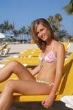 Femme sur l'hamac sur la plage image libre de droits