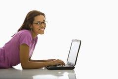 Femme sur l'ordinateur portatif. photo stock
