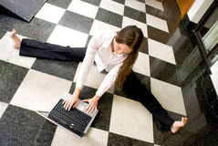 Femme sur l'ordinateur portatif Photos stock