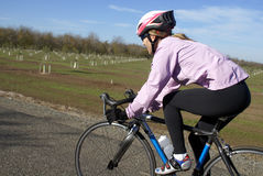 Femme sur la bicyclette Photo libre de droits