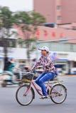 Femme sur la bicyclette au centre de la ville, Kunming, Chine Photographie stock libre de droits