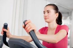 Femme sur la bicyclette d'exercice Photo libre de droits