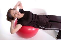 Femme sur la bille 917 de forme physique Photo libre de droits