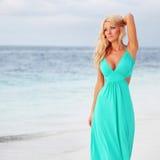 Femme sur la côte d'océan Photos stock