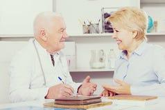 Femme sur la consultation avec le docteur Image libre de droits