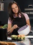 Femme sur la cuisine moderne Image stock