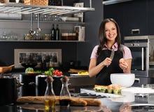 Femme sur la cuisine moderne Images libres de droits