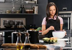 Femme sur la cuisine moderne Photos libres de droits
