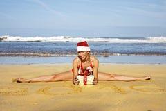 Femme sur la ficelle dans la plage Photographie stock