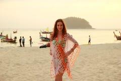 Femme sur la plage à la station de vacances tropicale Photo stock