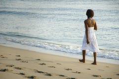 Femme sur la plage. Photographie stock