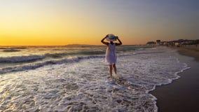 femme sur la plage au coucher du soleil appréciant la nature sereine d'océan pendant des vacances de voyage photos stock