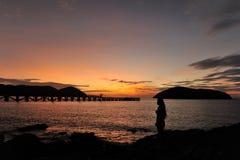 Femme sur la plage au crépuscule Photographie stock libre de droits