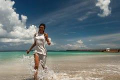 Femme sur la plage contre des avions de débarquement photographie stock libre de droits