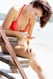 Femme sur la plage dans le bikini rouge Photographie stock