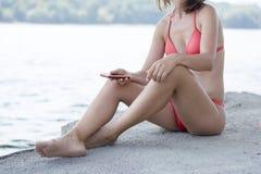 Femme sur la plage dans le bikini rouge Image stock