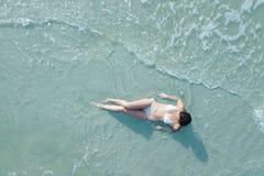 Femme sur la plage des frais généraux Images libres de droits
