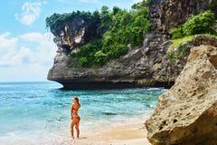 Femme sur la plage des vacances de voyage d'été sur l'île de paradis photographie stock
